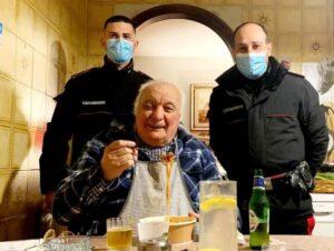 Anziano non ha nulla da mangiare e chiama i carabinieri, cena offerta