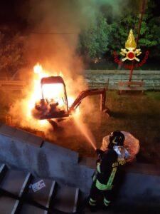 Miniescavatore in fiamme a San Sostene, non si esclude l'ipotesi dolosa