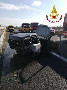 Violento scontro tra un furgone e un'auto sull'A2, un morto