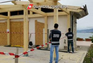Lavori in area sottoposta a stretto vincolo per erosione costiera, sequestrata dalla Guardia Costiera