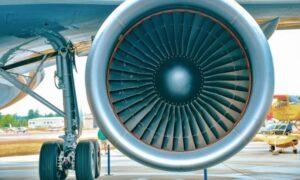 Lancia monete nei motori dell'aereo per scaramanzia, volo bloccato e passeggero arrestato