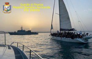 Due imbarcazioni con 180 migranti individuate nello Ionio, due sospetti trafficanti fermati