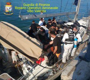 Sbarco con 84 migranti lungo le coste calabresi, barche a vela sequestrate e 3 presunti trafficanti arrestati