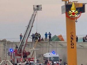 Giovane scivola tra gli scogli del porto di Catanzaro Lido, soccorso dai vdf e trasportato in ospedale