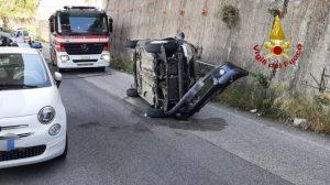 Urta macchina parcheggiata e si ribalta, conducente ferita trasportata in ospedale
