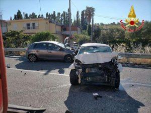 Violento scontro tra due auto sulla SS 106, 2 feriti