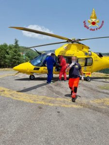 Sessantenne colto da malore tra boschi, soccorso dai vigili del fuoco