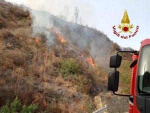 L'ondata di caldo rovente non da tregua in Calabria, vigili del fuoco al lavoro