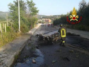 Incidente tra Squillace e Vallefiorita. Auto si ribalta e si incendia, in salvo il conducente