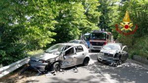 Violento scontro tra due auto, tre feriti