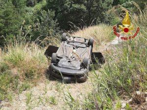 Perde il controllo dell'auto e si ribalta in una scarpata, conducente ferito trasportato in ospedale