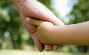 Nonno prende la nipotina sbagliata all'asilo e se ne accorge soltanto a casa