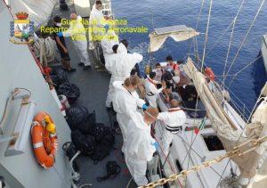 Intercettata una barca a vela con 28 migranti, fermati due sospetti responsabili