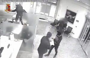 Assaltarono una banca ma fuggirono a mani vuote, due fratelli calabresi arrestati