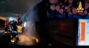 Autoarticolato con legname in fiamme sull'A2