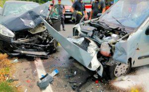 Violento schianto frontale tra due auto. Muore un pensionato, grave una 29enne