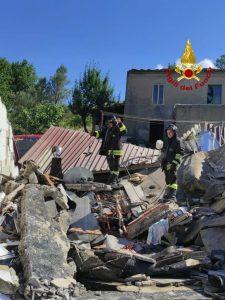 Esplosione provoca il crollo parziale di un casolare, proprietari feriti trasportati in ospedale