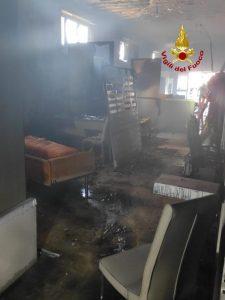Attività commerciale di arredamento distrutta da un incendio a Girifalco