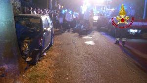 Perde il controllo dell'auto e impatta violentemente con un albero, due giovani feriti