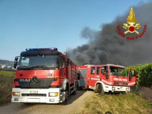 Vasto incendio nel comune di Lamezia Terme all'esterno di un campo rom