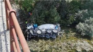 Incidente sul lavoro in Piemonte, betoniera si ribalta in un torrente: muore autista calabrese