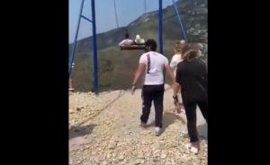 """[VIDEO] Tragedia sfiorata per un """"selfie"""": la corda dell'altalena si spezza sul canyon, due ragazze precipitano nel vuoto"""