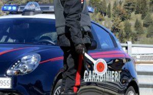 Evade dai domiciliari e minaccia con un bastone di metallo i carabinieri, 49enne arrestato