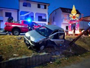 Perde il controllo dell'auto e finisce fuori strada, conducente ferito