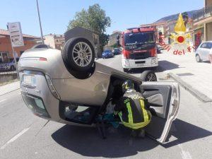Sbanda con l'auto e si ribalta, illesa la conducente