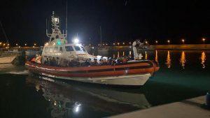 Nuovo sbarco di migranti in Calabria, arrivati in 80 con una piccola barca a vela