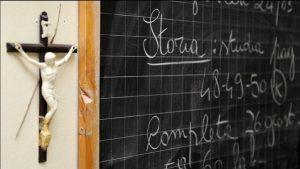 Nuovo principio di diritto: crocifisso in aula se decidono gli alunni. Nessuna sanzione al prof dissenziente