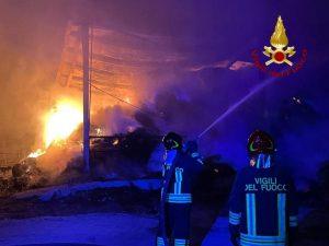 In fiamme capannoni di un'azienda agricola, indagini sulle cause del rogo