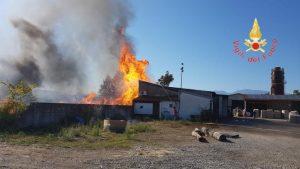 Falegnameria in fiamme, indagini sull'origine del rogo