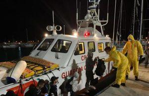 Nuovo sbarco di migranti in Calabria, arrivati in 26 su una barca a vela