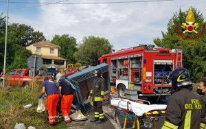 Violento scontro tra auto e motoape, due feriti