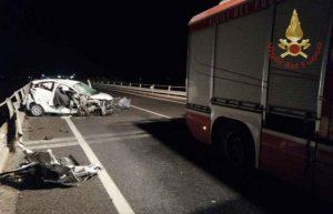 Violento scontro tra due auto, cinque feriti