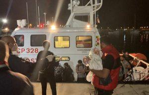 Sbarcati 51 migranti in Calabria, c'è anche una bambina di pochi mesi