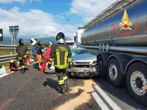 Scontro tra autocisterna e auto, due feriti
