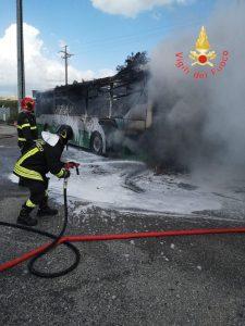 Autobus di linea prende fuoco a Catanzaro, incendio estinto dai vigili del fuoco