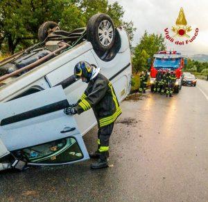 Violento scontro frontale tra due auto, quattro feriti