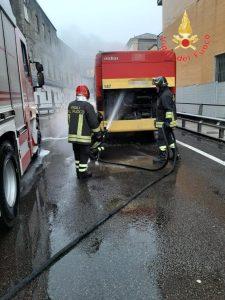 Motore di autobus di linea in fiamme a Catanzaro