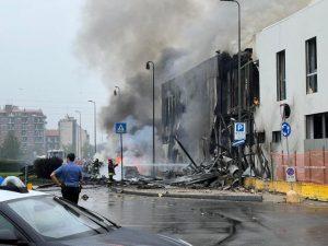 Aereo privato precipita fra le case a Milano, morti tutti gli 8 occupanti