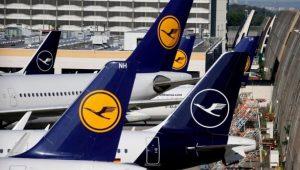 Bambino di due anni rifiuta di mettere la mascherina a bordo di un volo Lufthansa: famiglia cacciata dall'aereo